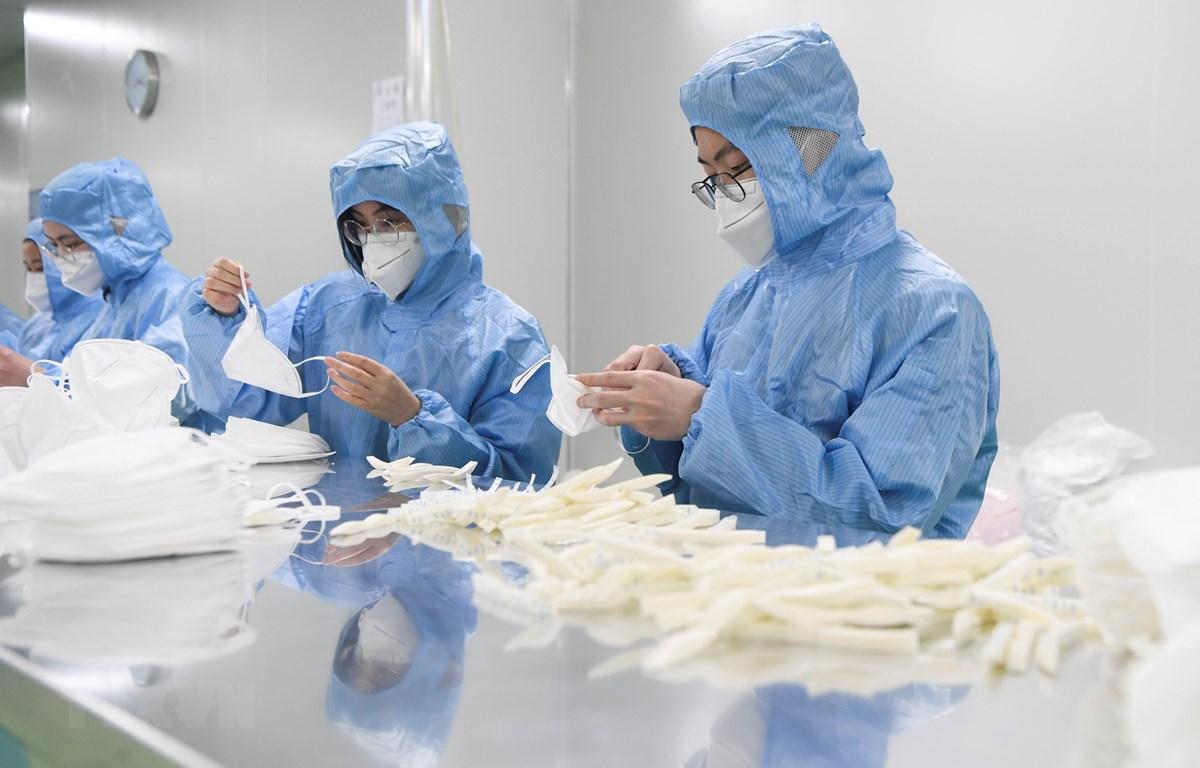 Sản xuất khẩu trang y tế N95 tại một nhà máy ở Trùng Khánh, Trung Quốc, ngày 17/2. (Ảnh: THX/TTXVN)