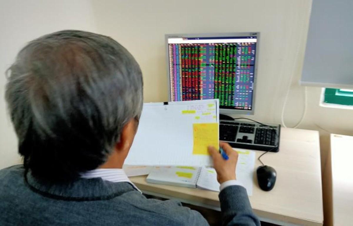 Thị trường chứng khoán mở phiên sáng 21/4 trong sắc đỏ trước sự sụt giảm của giá dầu. (Ảnh: Văn Giáp/TTXVN)