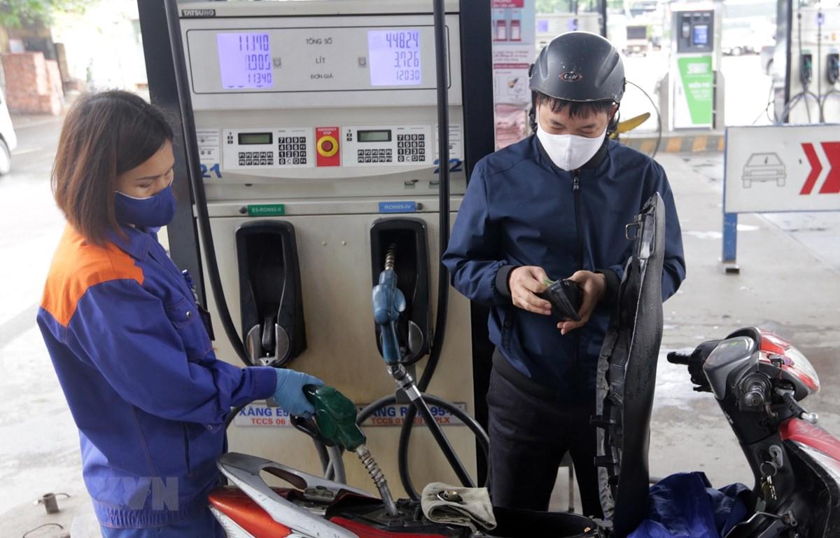 Mua bán xăng dầu tại cây xăng trên phố Lương Yên, quận Hai Bà Trưng, Hà Nội. (Ảnh: Trần Việt/TTXVN)