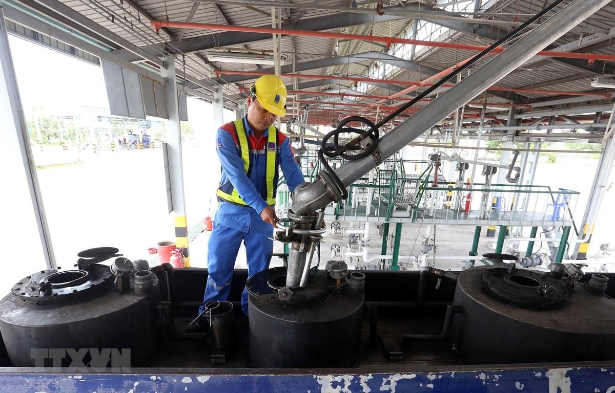 Xuất xăng dầu cho xe bồn tại PV OIL Nhà Bè, Thành phố Hồ Chí Minh. (Ảnh:Huy Hùng/TTXVN)
