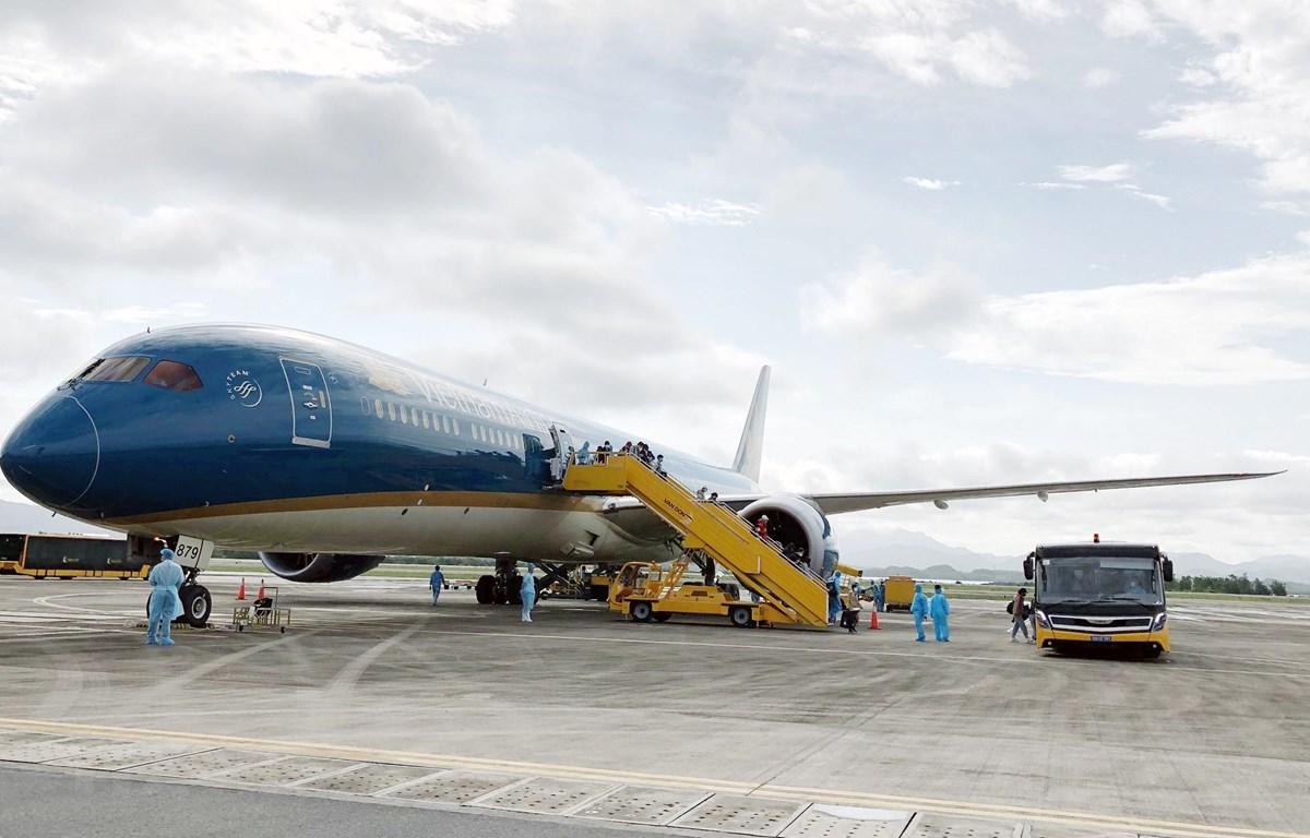 Chuyến bay từ nước ngoài hạ cánh lúc 15 giờ 16 phút ngày 22/4 tại sân bay Vân Đồn chở 298 công dân Việt Nam về nước. (Ảnh: TTXVN)