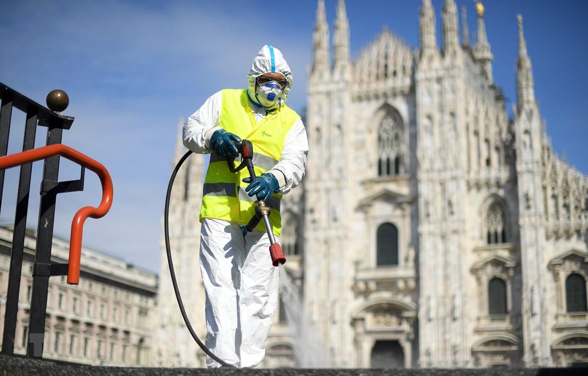 Phun thuốc khử trùng nhằm ngăn chặn sự lây lan của dịch COVID-19 tại Milan, Italy. (Ảnh: THX/TTXVN)