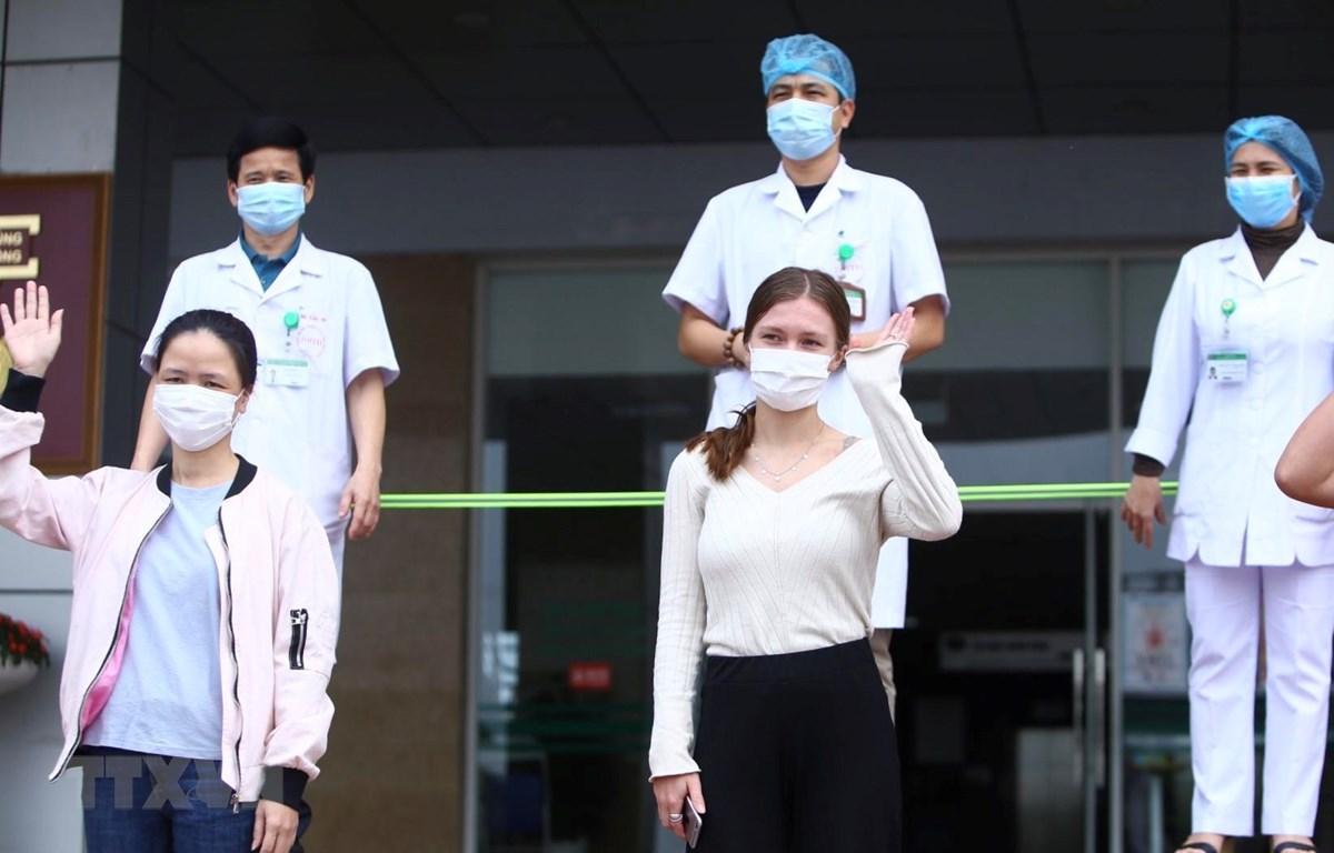 Các bệnh nhân được công bố khỏi bệnh ngày 25/4/2020. (Ảnh: Minh Quyết/TTXVN)
