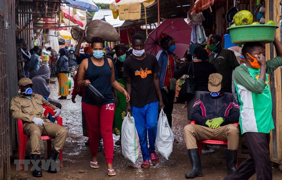 Người dân mua thực phẩm tại chợ ở Kigali, Rwanda ngày 20/4/2020 trong bối cảnh dịch COVID-19 lan rộng. (Ảnh: THX/TTXVN)
