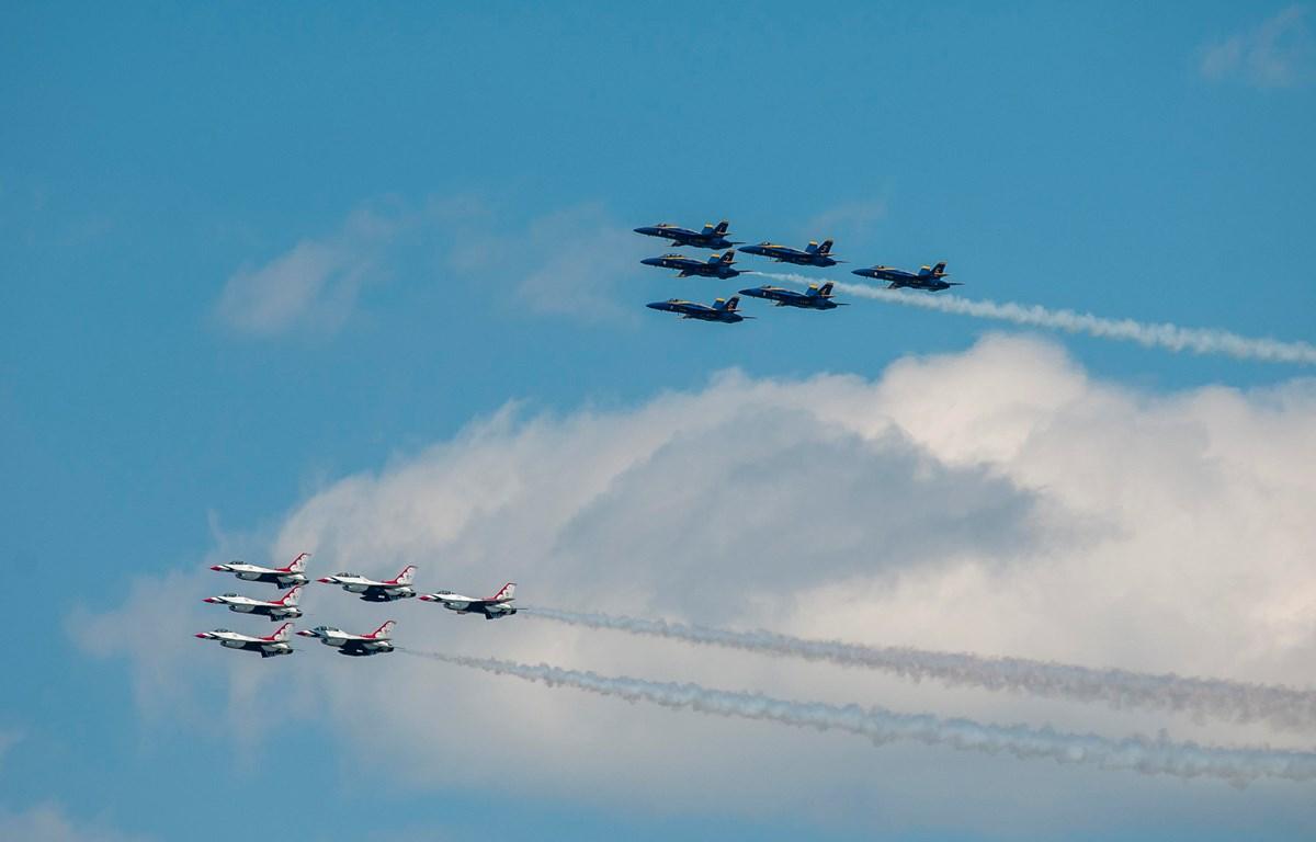 Các phi đội máy bay biểu diễn tri ân các nhân viên y tế ở tuyến đầu chống dịch COVID-19. (Nguồn: militarytimes.com)