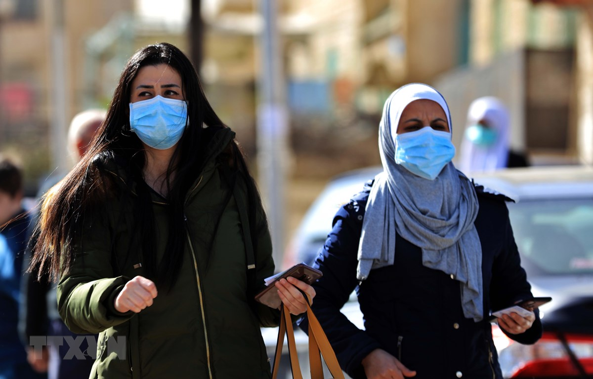 Người dân đeo khẩu trang nhằm ngăn chặn sự lây lan của dịch COVID-19 tại Amman, Jordan ngày 24/3/2020. (Ảnh: THX/TTXVN)