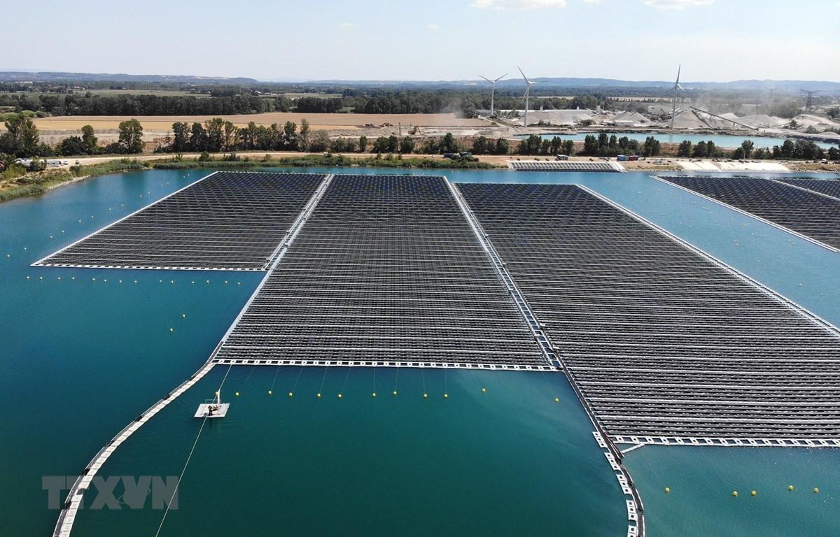 Nhà máy năng lượng Mặt trời nổi đầu tiên tại thành phố miền Đông Nam Piolenc, Pháp. (Ảnh: AFP/TTXVN)