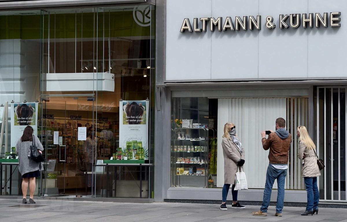 Các cửa hàng tại Vienna, Áo, mở cửa trở lại ngày 14/4/2020. (Ảnh: THX/TTXVN)