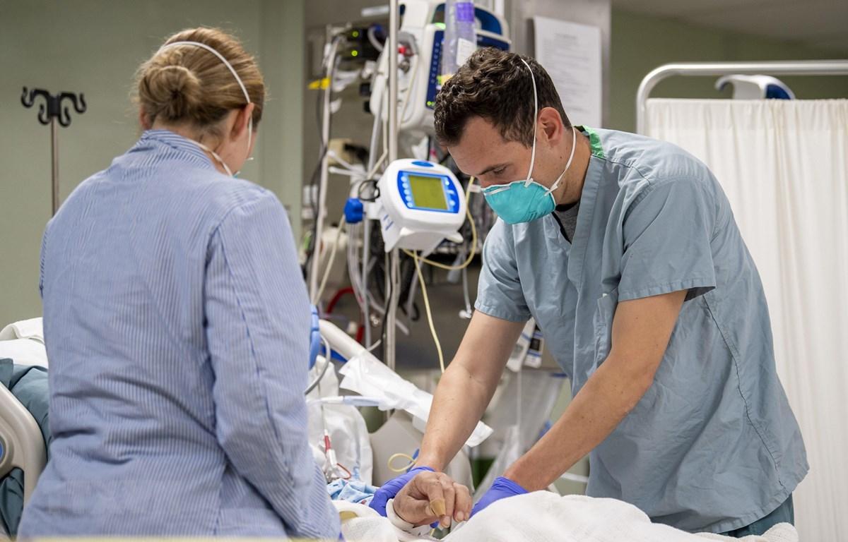 Nhân viên y tế Mỹ điều trị cho bệnh nhân nhiễm COVID-19 trên tàu bệnh viện USNS Mercy ở Los Angeles, bang California ngày 4/4/2020. (Ảnh: AFP/TTXVN)