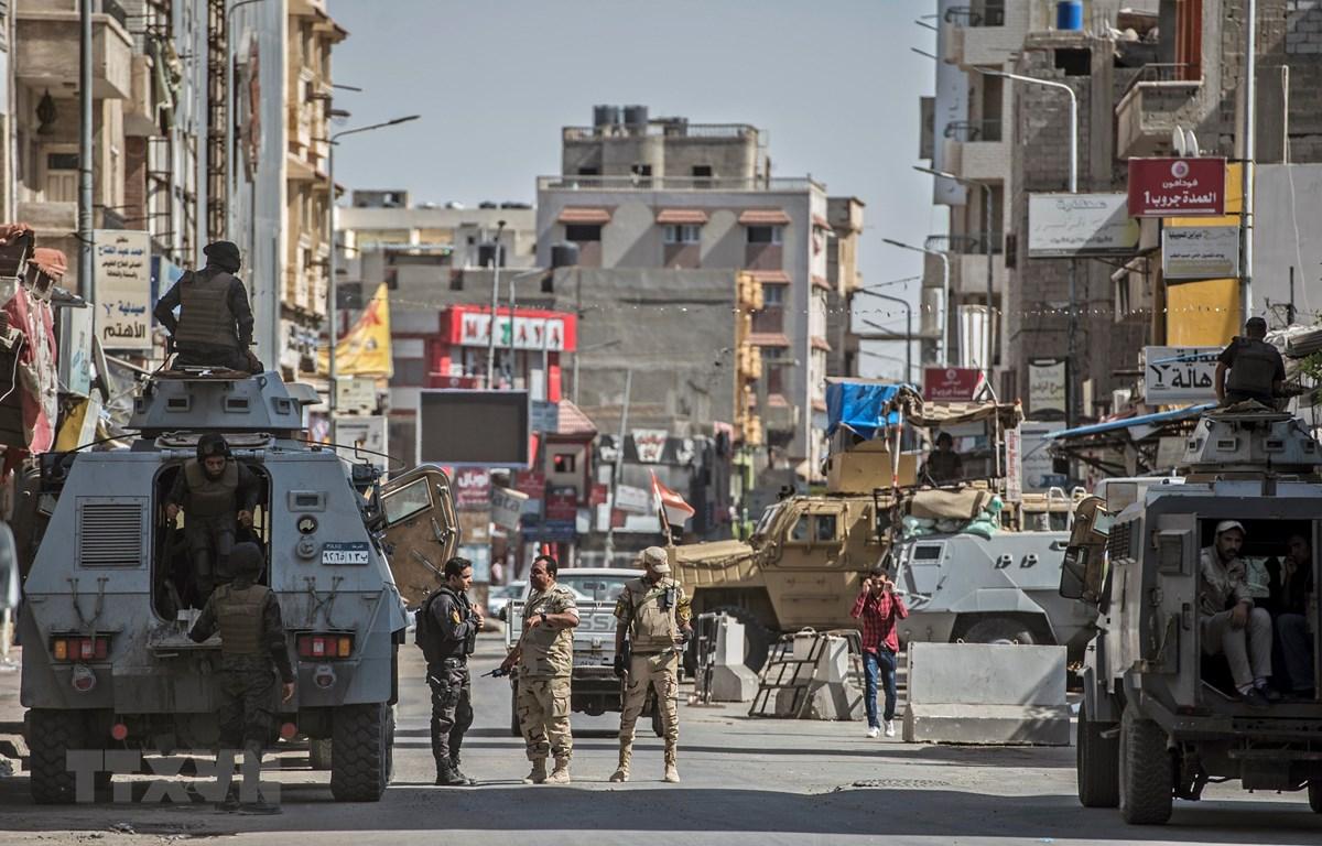 Cảnh sát Ai Cập tuần tra tại một tuyến phố ở thành phố Arish, tỉnh Bắc Sinai. (Ảnh: AFP/TTXVN)