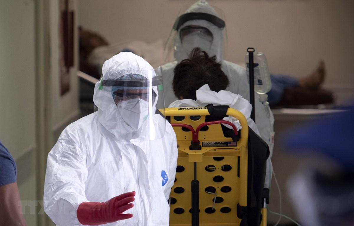 Nhân viên y tế chuyển bệnh nhân nhiễm COVID-19 tới bệnh viện ở Mexico City, Mexico, ngày 23/4/2020. (Ảnh: THX/TTXVN)