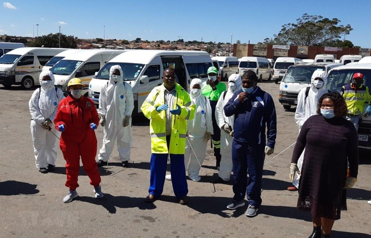 Lực lượng y tế Nam Phi chuẩn bị tiến hành xét nghiệm COVID-19 tại một khu dân cư tại ngoại ô thành phố Johannesburg. (Ảnh: Phi Hùng/TTXVN)