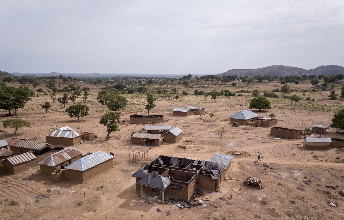 Những ngôi nhà bị đốt cháy và phá hủy sau khi bị một giáo phái tấn công, đốt phá ở làng Angwan Aku, bang Kaduna, tháng 4/2019. (Ảnh: AFP/TTXVN)