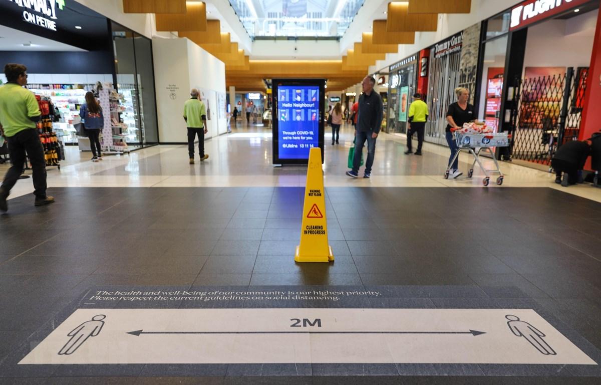 Bảng nhắc nhở người dân thực hiện giãn cách xã hội để phòng lây nhiễm COVID-19 tại trung tâm thương mại ở Canberra, Australia, ngày 6/4/2020. (Ảnh: THX/TTXVN)