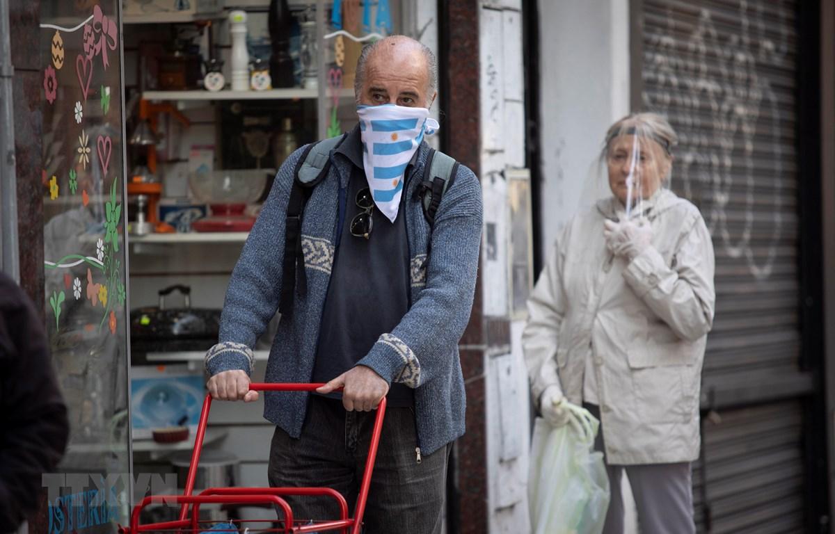 Người dân đeo khẩu trang phòng lây nhiễm COVID-19 tại Buenos Aires, Argentina, ngày 8/4/2020. (Ảnh: THX/TTXVN)