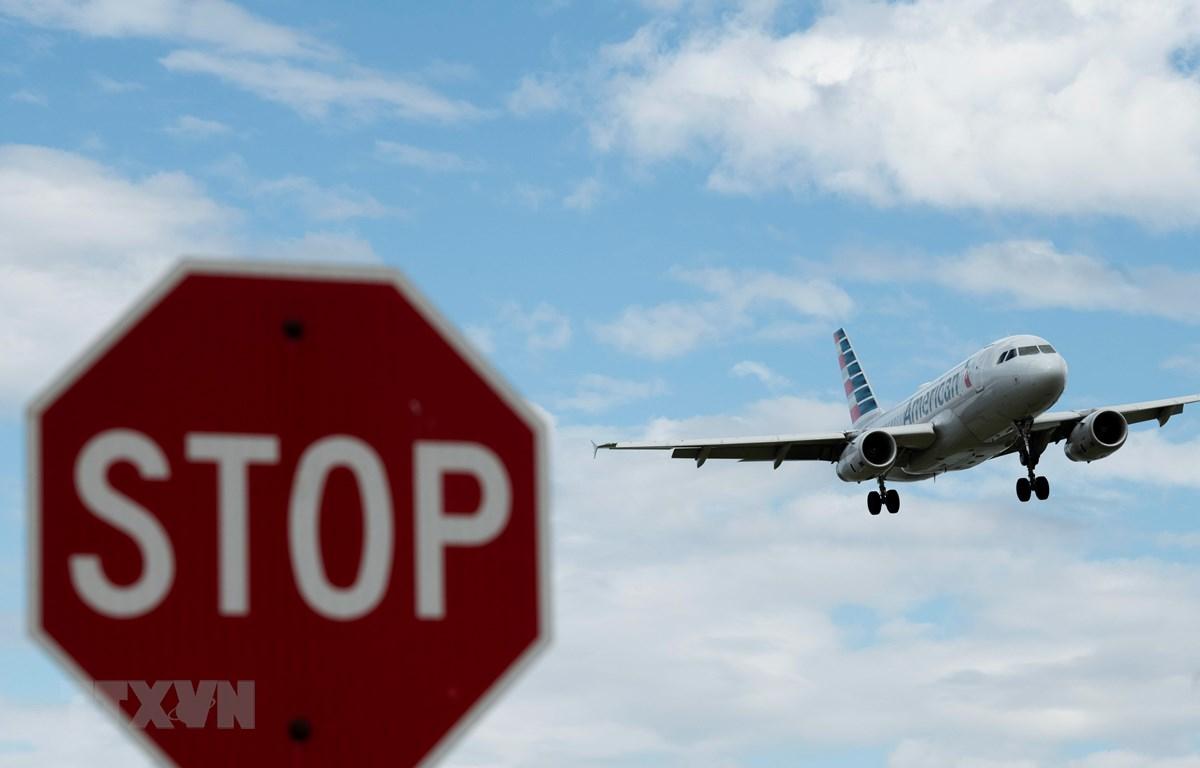 Máy bay hạ cánh xuống sân bay quốc gia Ronald Reagan Washington ở Arlington, Virginia, Mỹ, ngày 10/3/2020. (Ảnh: THX/ TTXVN)