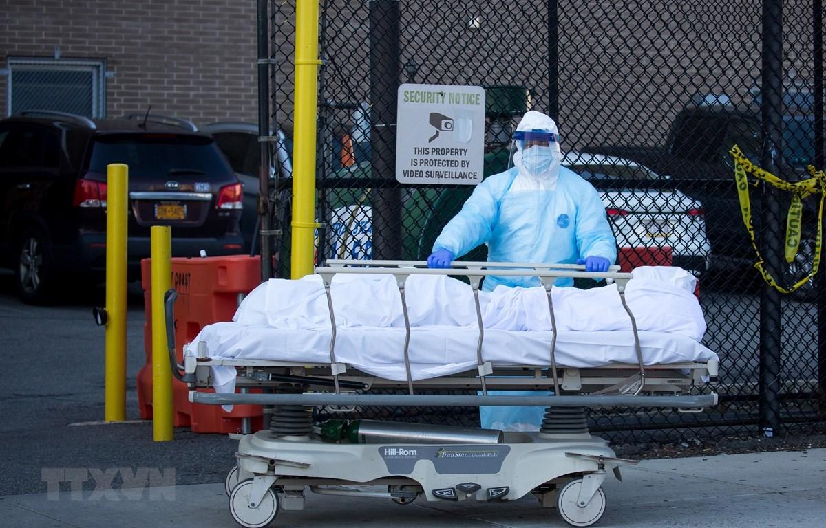 Nhân viên y tế chuyển thi thể bệnh nhân mắc COVID-19 tại một bệnh viện ở New York, Mỹ. (Ảnh: THX/TTXVN)