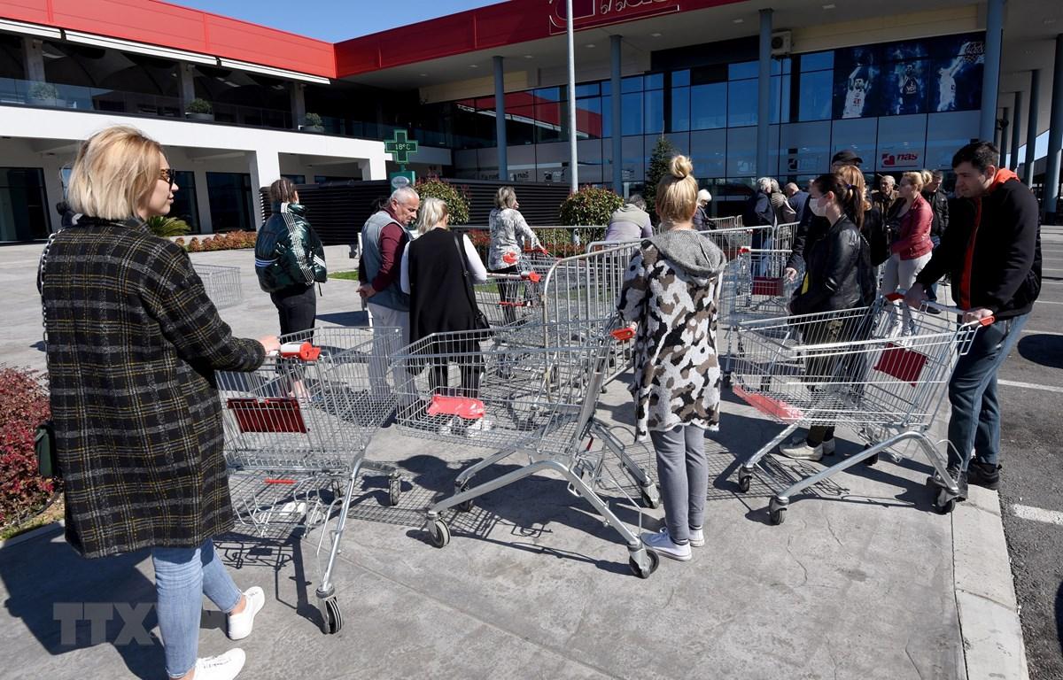 Người dân xếp hàng bên ngoài một siêu thị ở Podgorica, Montenegro ngày 16/3/2020, trong bối cảnh dịch COVID-19 lan rộng. (Ảnh: AFP/ TTXVN)