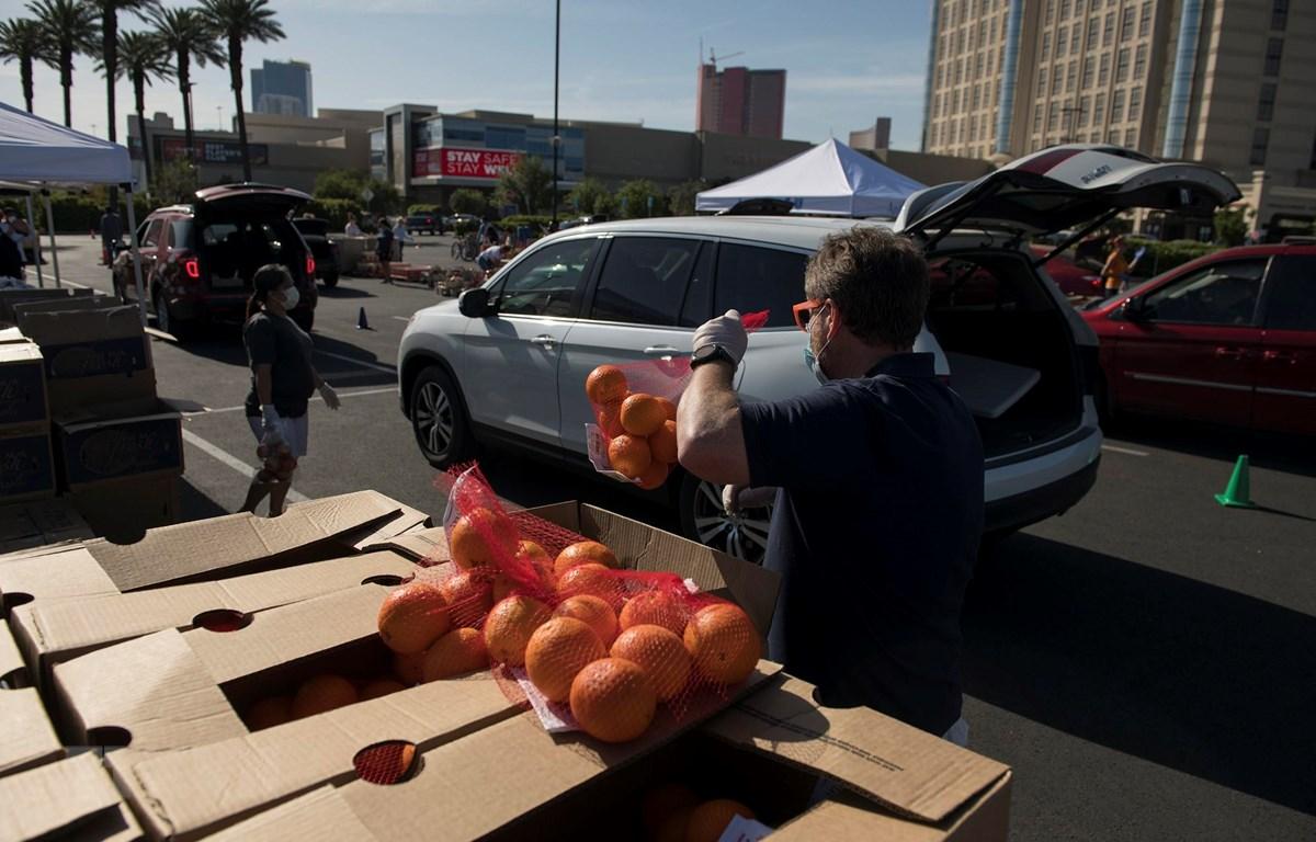 Những người thất nghiệp tới nhận thực phẩm cứu trợ bên ngoài sòng bài Palace Station ở Las Vegas, Nevada, Mỹ ngày 7/5/2020. (Ảnh: AFP/TTXVN)