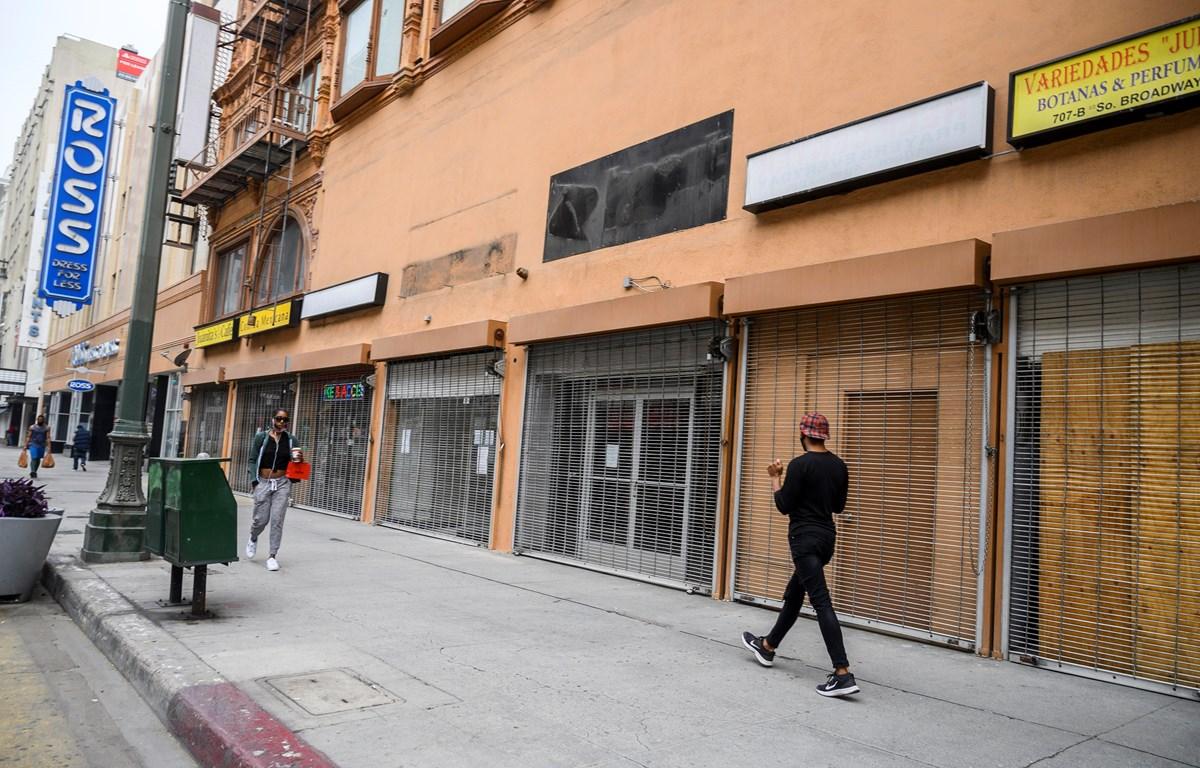 Các cửa hàng kinh doanh đóng cửa do dịch COVID-19 tại Los Angeles, Mỹ ngày 30/4/2020. (Ảnh: AFP/TTXVN)