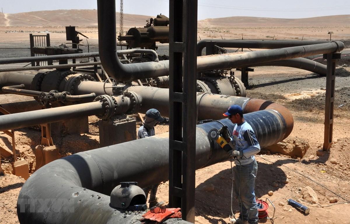 Đường ống dẫn dầu tại cơ sở lọc dầu Arak, cách thành phố Palmyra ở tỉnh Homs, Syria, 35km về phía đông bắc. (Ảnh: AFP/TTXVN)