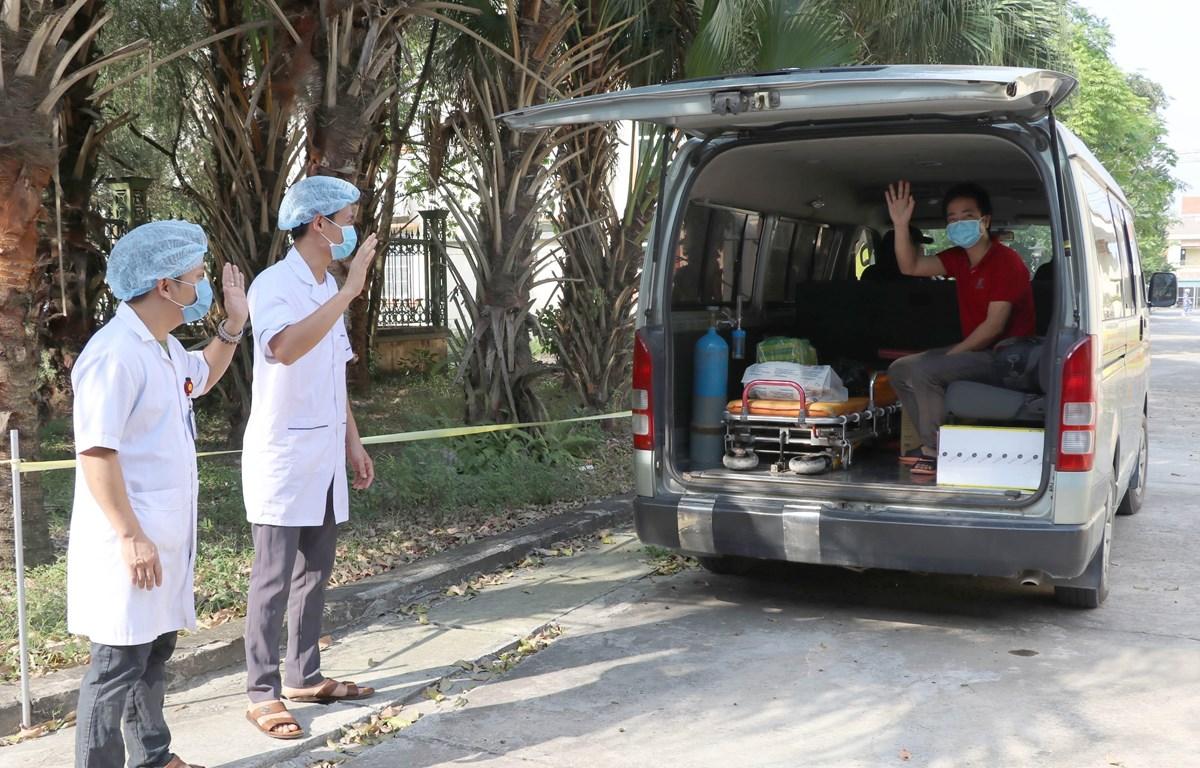 Các y bác sỹ Bệnh viện Đa khoa huyện Kim Sơn chào tạm biệt bệnh nhân nhiễm Covid-19 cuối cùng điều trị tại Ninh Bình được xuất viện. (Ảnh: Thùy Dung/TTXVN)
