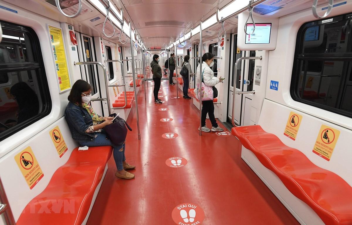 Người dân đeo khẩu trang và thực hiện giãn cách xã hội khi đi tàu điện ngầm ở Milan, Italy ngày 29/4/2020 trong bối cảnh dịch COVID-19 đang hoành hành. (Ảnh: THX/TTXVN)
