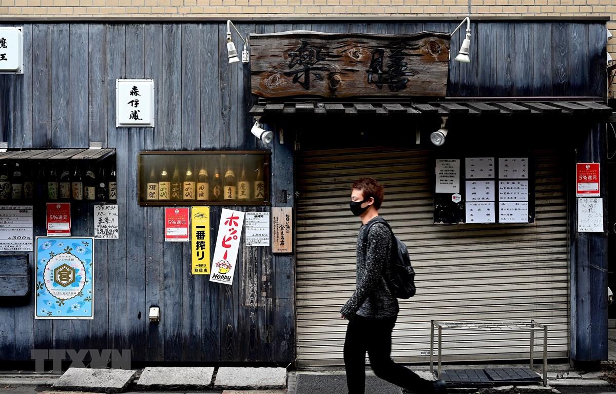 Nhiều nhà hàng phải đóng cửa do dịch COVID-19 tại Tokyo, Nhật Bản, ngày 28/4/2020. (Ảnh: AFP/TTXVN)