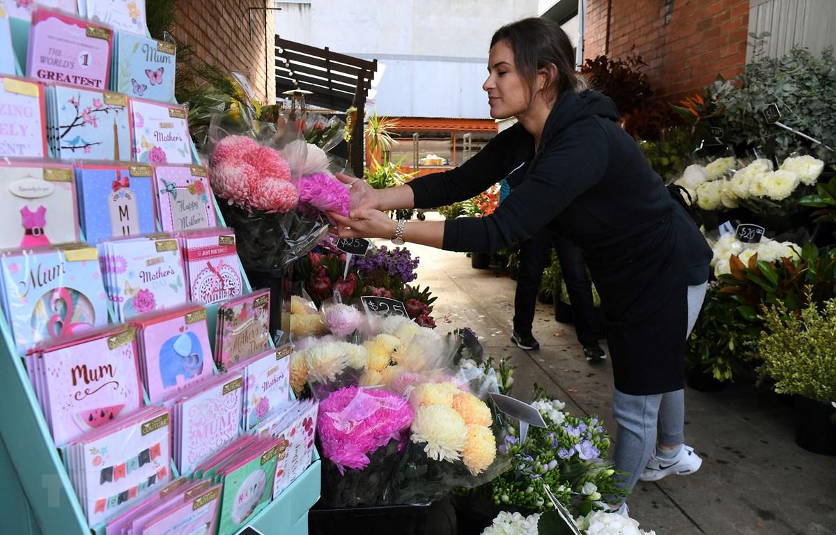 """Một cửa hàng hoa mở cửa trở lại sau khi Chính phủ công bố kế hoạch nới lỏng """" an toàn - COVID"""" theo lộ trình 3 giai đoạn tại Melbourne, Australia,ngày 8/5/2020. (Ảnh: AFP/TTXVN)"""