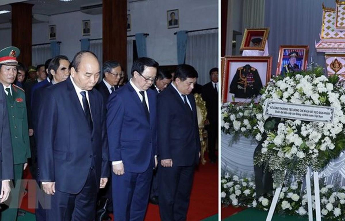 Thủ tướng Nguyễn Xuân Phúc và đoàn đại biểu cấp cao Đảng và Nhà nước Việt Nam viếng đồng chí Sisavath Keobounphanh. (Ảnh: Thống Nhất/TTXVN)