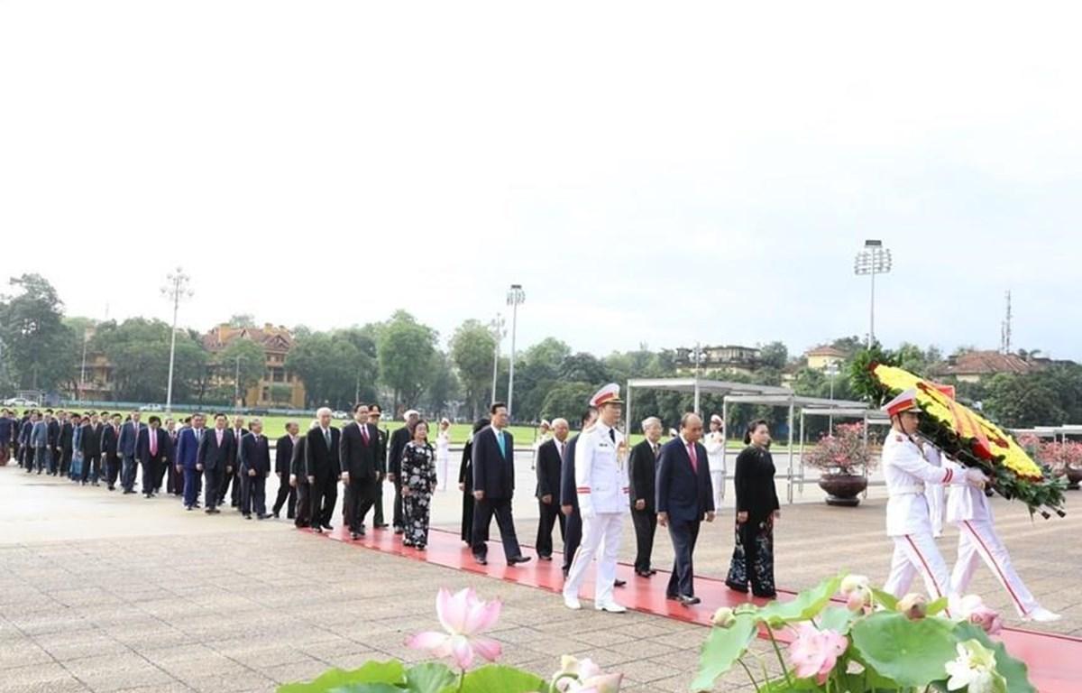 Đoàn đại biểu Ban Chấp hành Trung ương Đảng, Quốc hội, Chủ tịch nước, Chính phủ, Ủy ban Trung ương Mặt trận Tổ quốc Việt Nam đặt vòng hoa, vào Lăng viếng Chủ tịch Hồ Chí Minh. (Ảnh: Văn Điệp/TTXVN)