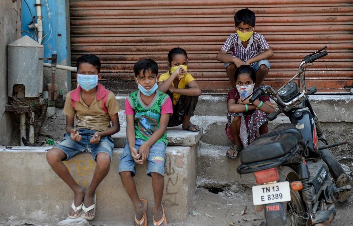 Trẻ em con những lao động nhập cư nghèo tại thành phố Chennai, Ấn Đô, ngày 1/4/2020. (Ảnh: AFP/TTXVN)