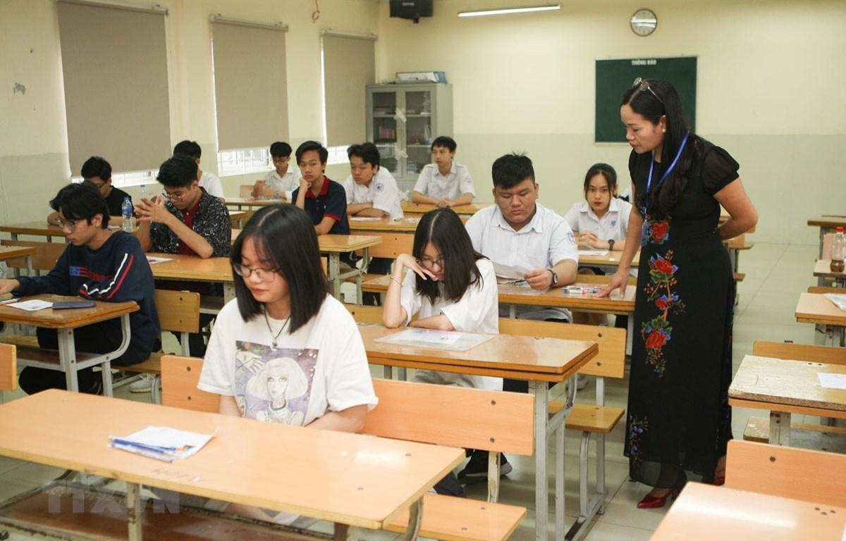 Thí sinh trước giờ làm bài thi môn Ngoại ngữ Kỳ thi tuyển sinh lớp 10 năm học 2019-2020 tại điểm thi trường THCS Dịch Vọng. (Ảnh: Thanh Tùng/TTXVN)