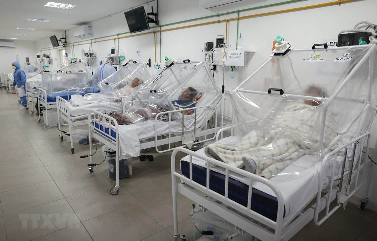Bệnh nhân nhiễm COVID-19 điều trị tại bệnh viện ở Manaus, Brazil, ngày 20/5/2020. (Ảnh: AFP/TTXVN)