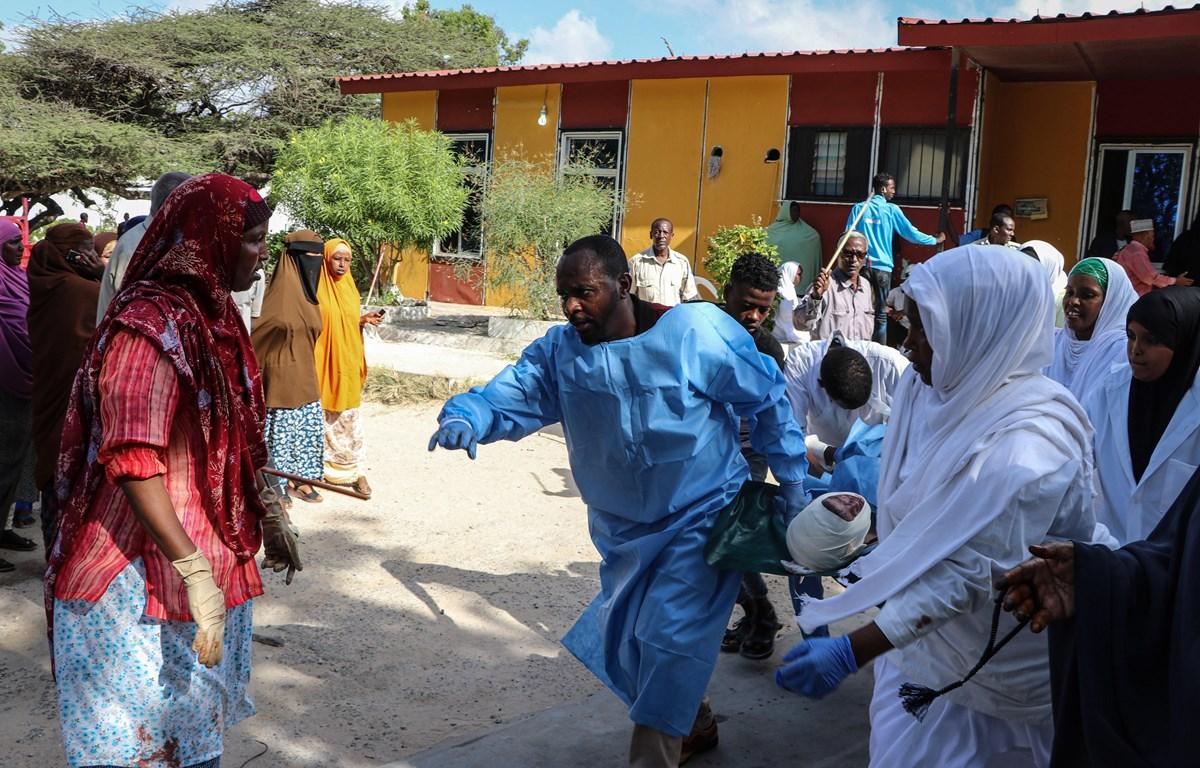 Chuyển nạn nhân bị thương trong một vụ tấn công bằng bom tại Mogadishu, Somalia. (Ảnh: AFP/TTXVN)