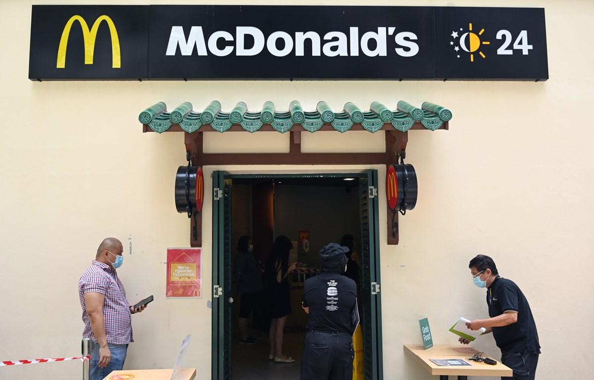 Cửa hàng bán đồ ăn nhanh McDonald tại Singapore mở cửa trở lại phục vụ người dân ngày 11/5/2020. (Ảnh: AFP/TTXVN)