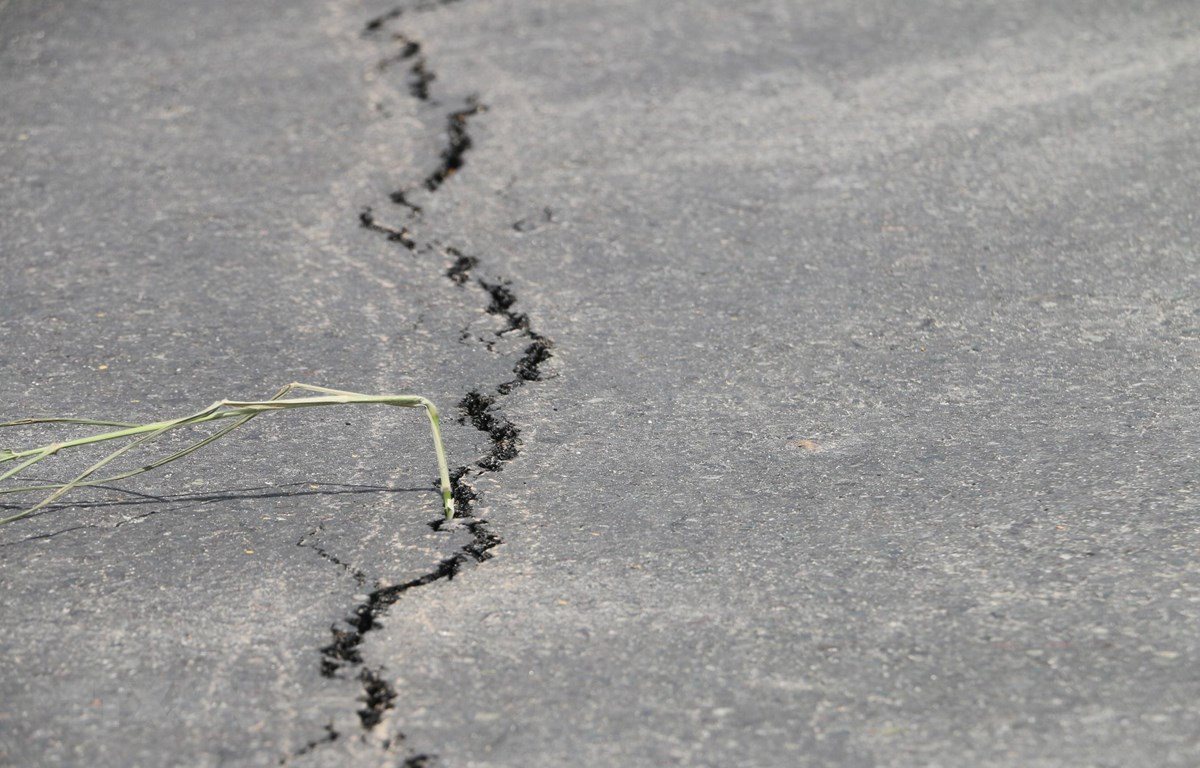 Rạn nứt mặt đường, nguy cơ xảy ra sạt lở trên tuyến Quốc lộ 91, đoạn qua ấp Bình Tân, xã Bình Mỹ, huyện Châu Phú. (Ảnh: Công Mạo/TTXVN)