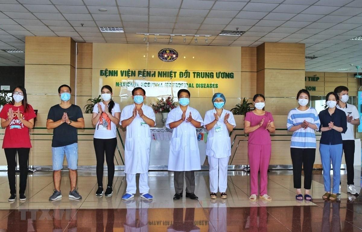 Các bác sỹ Bệnh viện bệnh nhiệt đới Trung ương chúc mừng bệnh nhân được công bố khỏi bệnh COVID-19 ngày 14/5. (Ảnh: Danh Lam/TTXVN)