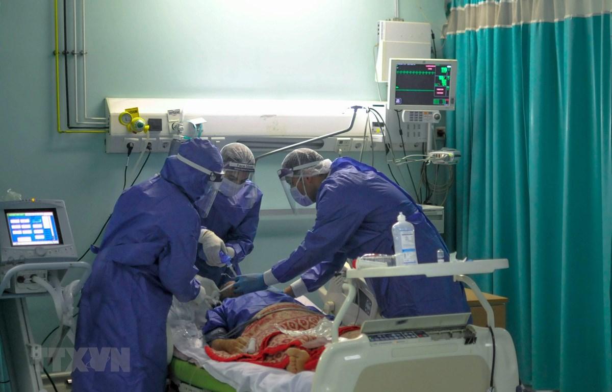 Nhân viên y tế điều trị cho bệnh nhân mắc COVID-19 tại một bệnh viện ở Cairo, Ai Cập ngày 29/4/2020. (Ảnh: AFP/TTXVN)