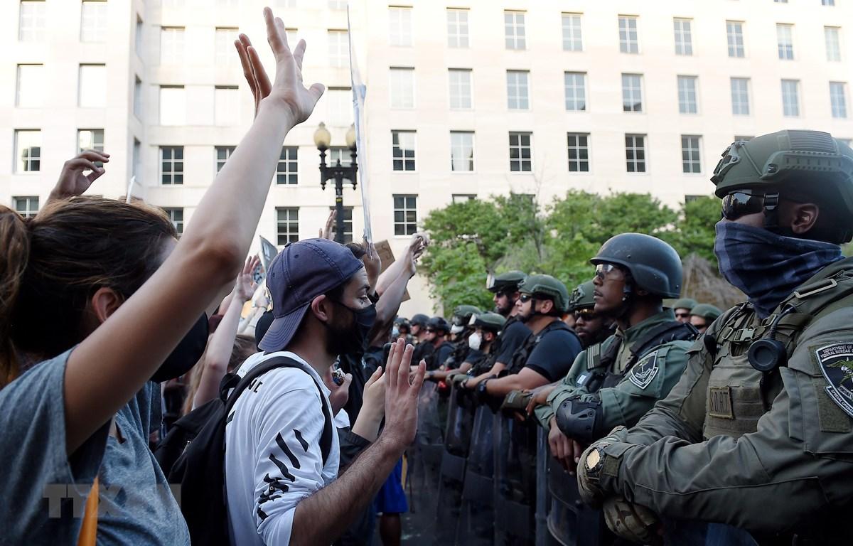 Cảnh sát Mỹ được triển khai gần Nhà Trắng ở Washington DC., ngày 3/6/2020 nhằm ngăn người quá khích trong cuộc biểu tình phản đối phân biệt chủng tộc. (Ảnh: AFP/TTXVN)