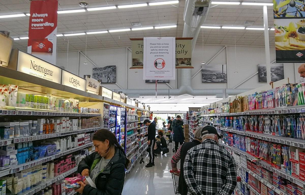 Người dân mua hàng trong siêu thị tại Wellington, New Zealand ngày 4/5/2020. (Ảnh: THX/TTXVN)
