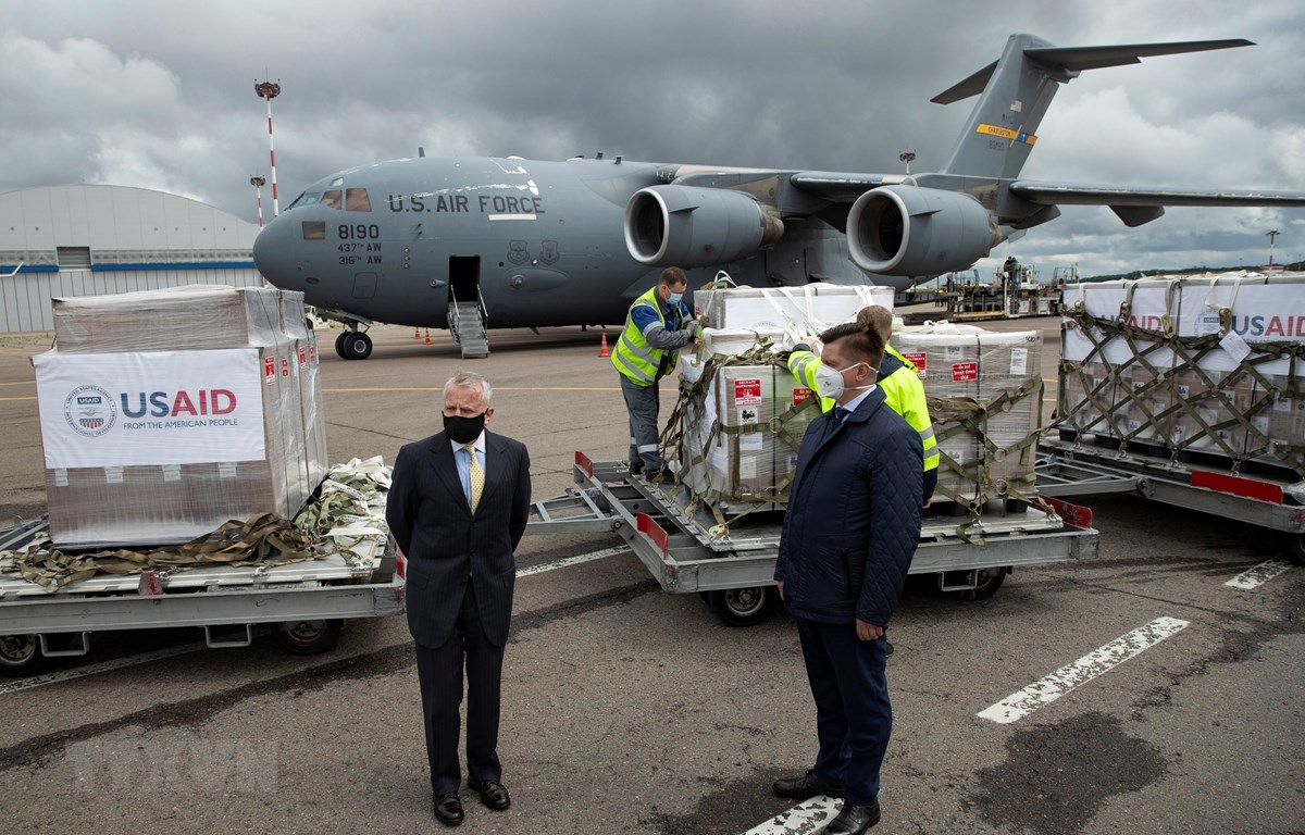 Máy bay quân sự của Mỹ vận chuyển 150 máy thở hỗ trợ Nga điều trị bệnh nhân mắc bệnh viêm đường hô hấp cấp COVID-19. (Ảnh: AFP/TTXVN)