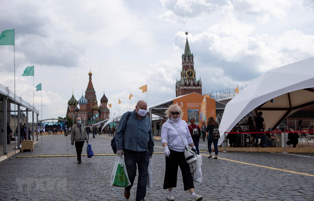 Người dân đeo khẩu trang phòng lây nhiễm COVID-19 khi tham quan hội chợ sách ở Moskva, Nga, ngày 6/6/2020. (Ảnh: THX/TTXVN)