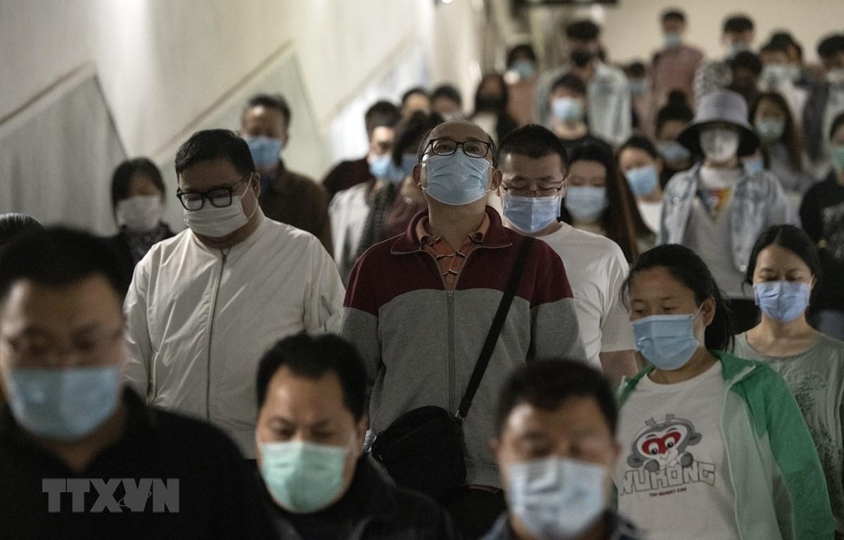 Người dân đeo khẩu trang phòng dịch COVID-19 tại Bắc Kinh, Trung Quốc ngày 12/5/2020. (Ảnh: AFP/TTXVN)