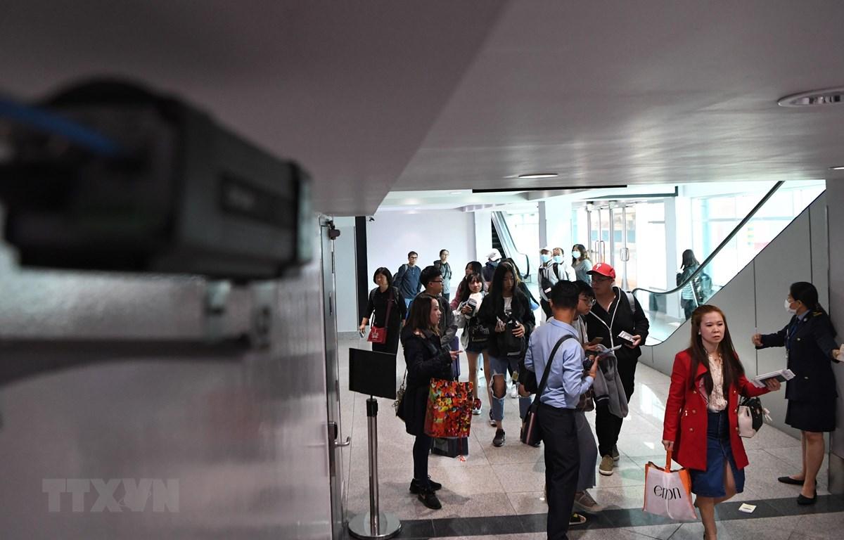 Hành khách nhập cảnh tại sân bay quốc tế Phnom Penh, Campuchia. (Ảnh: AFP/TTXVN)