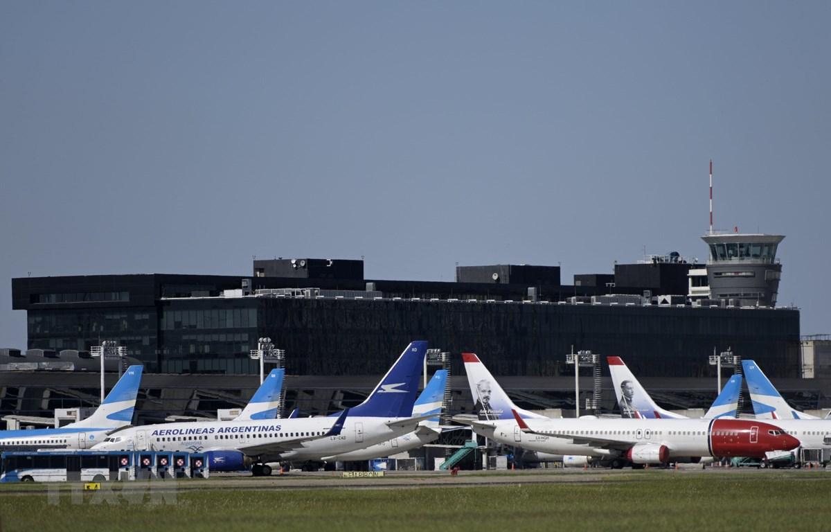 Máy bay thương mại nằm chờ tại sân bay Jorge Newbery ở Buenos Aires, Argentina, ngày 20/3/2020. (Ảnh: AFP/TTXVN)