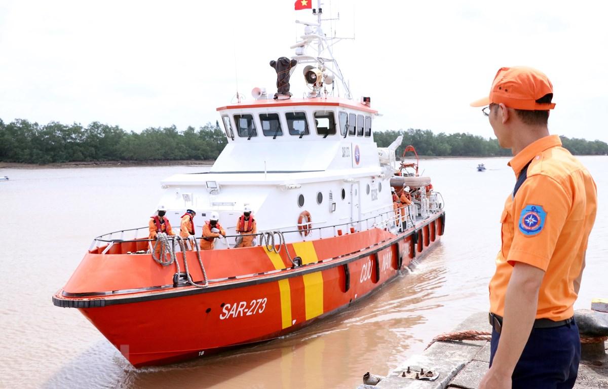 Lực lượng cứu hộ đưa thuyền viên bị nạn của tàu cá TH 90282 TS về bờ. (Ảnh: Trần Hoàng Ngọc/TTXVN)