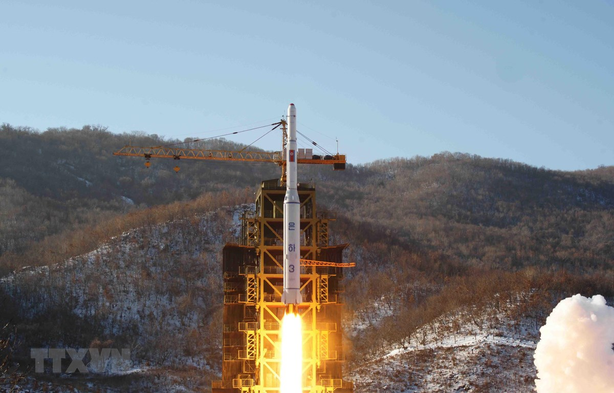 Tên lửa tầm xa Unha-3 rời bệ phóng tại Dongchang-ri, Tây Bắc Triều Tiên tháng 12/2012. Ảnh minh họa. (Nguồn: YONHAP/TTXVN)