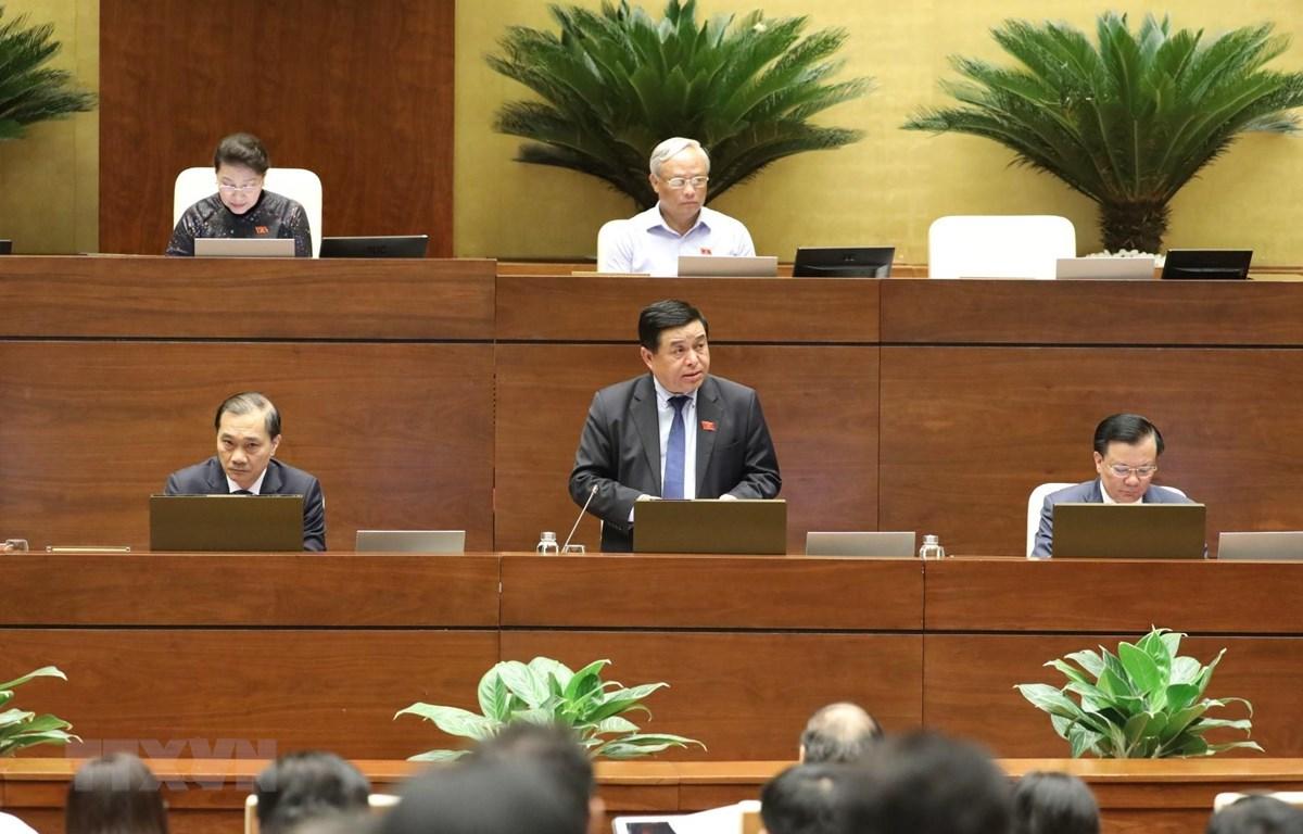 Bộ trưởng Bộ Kế hoạch và Đầu tư Nguyễn Chí Dũng phát biểu giải trình, làm rõ vấn đề đại biểu Quốc hội nêu. (Ảnh: Văn Điệp/TTXVN)