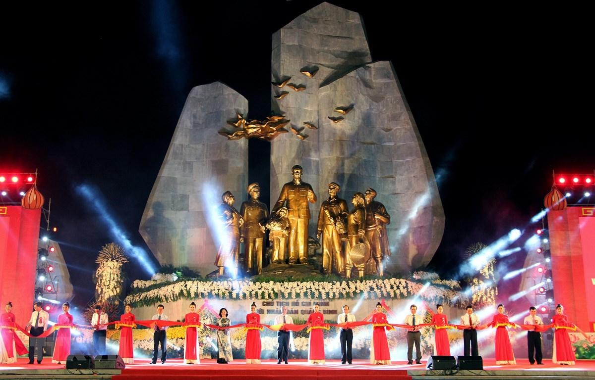 Các đại biểu cắt băng khánh thành Tượng đài Chủ tịch Hồ Chí Minh với nhân dân Quảng Bình. (Ảnh: Văn Tý/TTXVN)